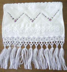 Toalha de çavabo na cor branca com bordado à mão e crivo e acabamento e macramé nas cores branca e lilás. Requinte e sofisticação no seu lavabo.