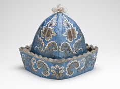 1700-1750 British At-home cap at the Los Angeles County Museum of Art, Los Angeles - When wearing a banyan at home, an 18th century gentleman would wear a cap such as this one instead of a wig, in keeping with the more casual appearance that the banyan was meant to propagate.