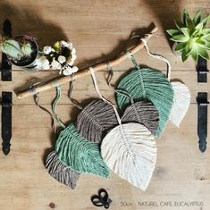 DIY Feather Leaf By Using Ropes. Made of natural leaf you can see the structure of the leaf super cute and as light as a feather handmade Fashionable Macrame Wall Hanging Patterns, Macrame Plant Hangers, Macrame Patterns, Macrame Design, Macrame Art, Macrame Projects, Pom Pom Crafts, Yarn Crafts, Fabric Crafts