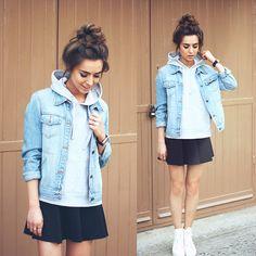 gute kombi jeansjacke und grauer hoodie