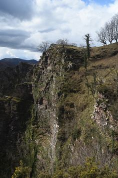 """Vautour Itxusi - Nous sommes partis balader """"A la recherche des premiers vautours"""" avec Hegalaldiamais le temps ne s'y prêtait pas vraiment et il a fallut ce presser un peu pour arriver jusqu'au point de vue, passer un peu de temps sur place et repartir sous une pluie de grêle. Blog Voyage, Point, Grand Canyon, Mountains, Nature, Travel, Basque Country, Rain, Beginning Sounds"""