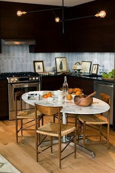This is exactly what I have seeing in my mind. I like the eat-in kitchen, the oval marble table and wooden chairs Decor, Kitchen Marble, Dining, Eat In Kitchen, Kitchen, Kitchen Dining, Home Kitchens, Marble Table, Elle Decor