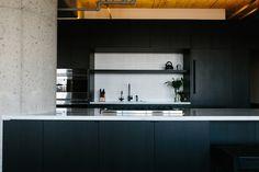 Marmol Radziner Designs A Loft in Los Angeles' Arts District - Design Milk Apartamento Loft Industrial, Industrial Apartment, Industrial Bedroom, Modern Industrial, Loft Design, Design Studio, Warehouse Renovation, Loft Stil, Cocinas Kitchen