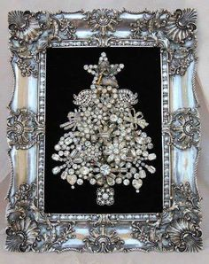 Old jewelry Christmas Tree Noel Christmas, Christmas Projects, All Things Christmas, Holiday Crafts, Antique Christmas, Simple Christmas, Beautiful Christmas, Silver Christmas, Elegant Christmas
