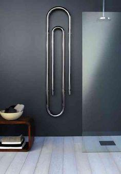 un radiateur au design original en forme de pince dans la salle de bains