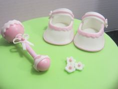 Fondant baby shoes and rattle Fondant Baby Shoes, Baby Shoes Tutorial, Pillow Cakes, Baby Candy, Mom Cake, Fondant Decorations, Fondant Tutorial, Fondant Toppers, Cake Decorating Tutorials