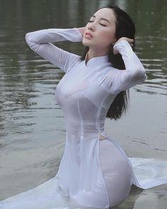 Beautiful Vietnamese Women, Beautiful Asian Women, Beautiful Ladies, Vietnamese Traditional Dress, Traditional Dresses, Pretty Asian Girl, Ao Dai, Asian Woman, Sexy Dresses