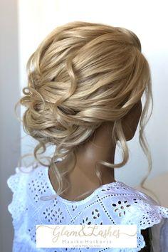 De bruiden die bij mij komen willen geen strakke kapsels meer, maar een kapsel waar veel beweging inzit oftewel texture. Ben jij nog opzoek naar een bruidsstylist voor je #bruidskapsel en #bruidsmakeup? Neem dan contact met mij op via de link Lashes, Hairdo Wedding, Hair Makeup, Eyelashes, Eye Brows