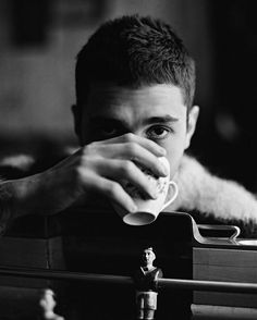Xavier Dolan for Modern Weekly // 2017 photographed by Shayne Laverdiere Xavier Dolan, Boy Photography Poses, Light Photography, Morning Joe, Elegant Man, Foto Pose, Character Inspiration, Actors, Black And White