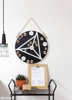 Askartele näppärä magneettitaulu, jolla motivoit koko perheen kotihommiin. Ajatuksena on luoda pisteytysjärjestelmä ja kaikkia kiinnostavat palkkiovaihtoehdot, jotka innostavat myös lapsia tarttumaan kotitöihin.