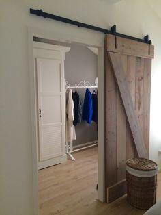 Idee voor slaapkamer.  Barn door, schuurdeur, schuifdeur, houten deur, steigerhout