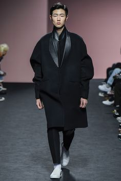 Heich Es Heich Seoul Fall 2016 Fashion Show -- This can be a women's coat. I'd love to wear this with black pants and Louboutin pumps.