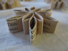 Paperikukkia vanhasta kirjasta