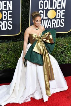 2020 Golden Globes: Jennifer Lopez' Valentino Gown featured an oversized gold and green bow detail. She styled the look with jewels by Harry Winston and a Judith Leiber clutch. Valentino Rockstud, Valentino 2017, Valentino Gowns, Yellow Gown, Haute Couture Gowns, Ugly To Pretty, Golden Globes, Red Carpet Looks, Red Carpet Fashion