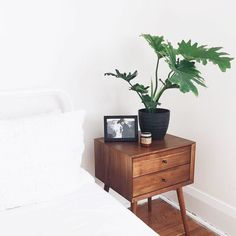 minimal modern decor - My Home My World Minimalist Bedroom, Minimalist Home, Minimalist Nightstand, Home Bedroom, Bedroom Decor, Decor Room, My New Room, Home Decor Inspiration, Decor Ideas