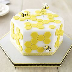 Deep Hexagonal Cakepan – From Lakeland hexagon shape bumble bee cake with honey… Deep Hexagonal Cakepan – Hummelkuchen in Sechseckform aus Lakeland mit Wabenform