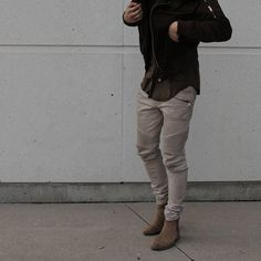 Discover the details that make the difference of the best unique people with a lot of Chelsea Boots Style, Chelsea Boots Outfit, Smart Casual Wear, Men Casual, Khaki Pants Outfit, Urban Fashion, Fashion Sale, Fashion Outlet, Paris Fashion