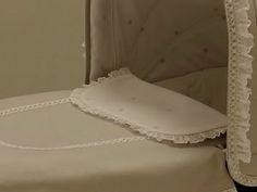 Detalle colcha en gris y babero en blanco