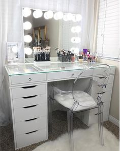 Can we take a moment to appreciate how gorgeous this space is! ⠀ ⠀ Featuring our #slaystation table top and #impressionsvanity glow plus vanity mirror ⠀ ⠀  @lipsbyangel
