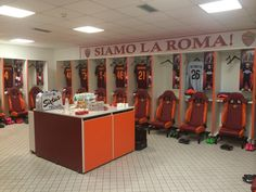 A look at the #ASRoma locker room. Who do you think will start for @RudiGarcia? #RomaFCB