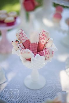 wafers dipped in white chocolate, garnished with sprinkles, great snack for girls' tea party or baby shower Dessert Party, Snacks Für Party, Dessert Tables, Tea Party Snacks, Tea Party Desserts, Tea Party Recipes, Diy Party Treats, Pink Desserts, Girls Tea Party