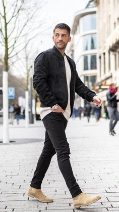 5 Cool Jacket Outfits You Can Steal #jacket #outfits #mensfashion #streetstyle ...rcycle jacket you can give him comfort and safety while he's on his bike extend his riding season and have peace of mind while he's on the road.Whe... guy who seems to have everything. Even for a gear head a great motorcycle jacket can't be overrated and is an important piece of comfort and safety #eslamoda.com/looks-para-tu-primera-cita-una-vez-terminada-la-cuerentena #jackets-mens-cool #fashions Black Leather Jacket Outfit, Black Jeans Outfit, Jean Jacket Outfits, Men Denim Jacket Outfit, Chelsea Boots Outfit, Black Chelsea Boots, Black Jeans Men, Outfits Hombre, Herren Outfit