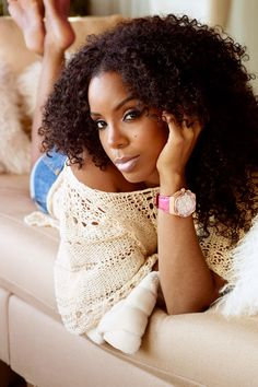 I really want this hairstyle that kelly rowland  has going on! I want some curls darn it!LOL