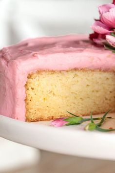 This easy, One-Bowl Buttermilk Cake is always a huge hit with it's moist, tender crumb and incredibly delicious fresh raspberry buttercream!Raise your hand if you love a yellow yellow cake! Buttermilk Cake Recipe, Chocolate Strawberry Cake, Raspberry Buttercream, Bowl Cake, Easy Smoothie Recipes, Pumpkin Spice Cupcakes, Coconut Recipes, Fall Desserts, Baking Desserts