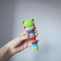 This free amigurumi pattern will help you to create a crochet toy with cute amigurumi details. Diy Crochet Toys, Crochet Frog, Crochet Home, Crochet For Kids, Crochet Animals, Crochet Dolls, Easy Crochet Patterns, Amigurumi Patterns, Montessori Baby Toys