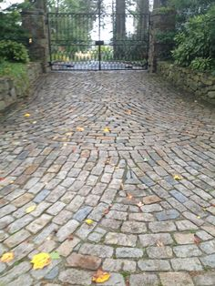 Reclaimed Cobblestone Driveway: European Cobbles Cobblestone Driveway, Driveway Paving, Driveway Design, Driveway Entrance, Driveway Landscaping, Cobbled Driveway, Patio Chico, Front Gates, House Front