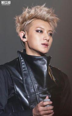 he looks so feminine Tao Exo, Chanyeol, Kyungsoo, Huang Zi Tao, Exo Members, Star Sky, Bright Stars, Pop Group, Pop Culture