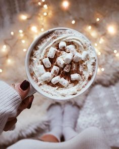 Winter Coffee Winter Days Winter Activities Snow Snowboard Snug Winter Clothing Winter Warmth Winter Inspo Cabin in the woods White Christma Chocolate Navidad, Café Chocolate, Chocolate Marshmallows, Cabin In The Woods, Think Food, Christmas Mood, Christmas Fireplace, Xmas, Christmas Coffee