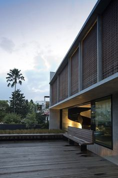 Modern House Design : The Courtyard House / Formwerkz Architects Architecture Details, Modern Architecture, Singapore House, Narrow House Plans, Casa Patio, Long House, Courtyard House, Facade Design, Architect Design