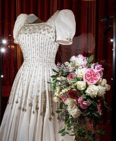 Princess Beatrice Wedding, Princess Eugenie And Beatrice, Royal Queen, Royal Princess, Royal Brides, Royal Weddings, Wedding Dress Display, Wedding Dresses, Wedding Bouquets