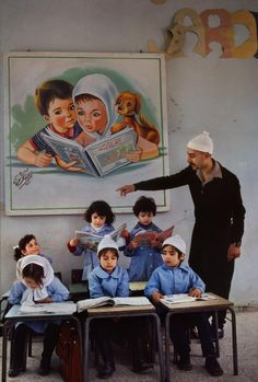 (Lebanon, Steve McCurry) Ensinar não impor, conquista-se o respeito e constrói a diversidade.