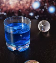 Romulan Ale: Blue Curaçao Rum proof) Cream De Cacao -Blue Cream Soda to taste drops Orange Bitters ) -Ice Star Trek Party, Star Trek Theme, Blue Curacao, Fun Drinks, Yummy Drinks, Alcoholic Beverages, Delicious Desserts, Steak And Ale, Chef Cookbook