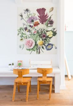 Playcourt with floral wall decoration and two old school chairs Diy Originales, Pastel Interior, Modern Wall Decor, Kids Corner, Fashion Room, Decoration, Home And Living, Living Room, Vintage Furniture