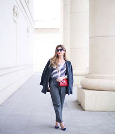 BLOG DE MODA Y LIFESTYLE: GREY OUTFIT & NAVY JACKET - 080 BARCELONA FASHION. White and blue striped cardigan+grey trousers+blue pumps+grey wool coat+red chain shoulder bag+sunglasses. Winter Business Casual Outfit 2017