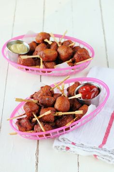 little buttermilk & bacon battered Corn Dogs from the new book Tiny Food Party Boggs Mini Aperitivos, Tiny Food Party, Tapas, Mini Corn Dogs, Mini Appetizers, Appetizer Ideas, Appetizer Recipes, Mini Foods, Beef Recipes