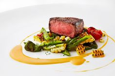 Grilled Filet Mignon with Asparagus, Charred Sweet Corn and Chipotle Butter. Now Im hungry Gourmet Recipes, Beef Recipes, Cooking Recipes, Sushi Recipes, Gourmet Desserts, Gourmet Foods, Food Design, Chipotle, Le Diner