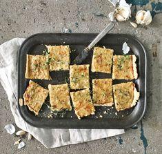 Sipulipiirakka on takuuvarma glögikemujen hitti.Tee kerralla kunnon pellillinen. Jos haluat, voitleikata piirakanpieniksi näppipaloiksi, joita... Cheesecake, Savoury Baking, Griddle Pan, Zucchini, Grilling, Good Food, Pork, Snacks, Meat