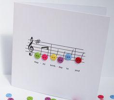 Alles Gute zum Geburtstag Musik Karte - Geburtstagskarte mit Schaltfläche Noten - handgemachte Grußkarte  Dieses gestaltete geschickt Geburtstag Karte zeigt die Musik für das Lied Happy Birthday in kleinen Button Noten!  Größe: 135x135mm (5.3x5.3 in)  Diese Geburtstagskarte ist leer für Sie Ihre persönliche Nachricht hinzufügen. Es kommt mit einem weißen Umschlag und in Zellophan Schutztasche.  Wenn Sie Fragen oder Wünsche über dieses oder eines meiner anderen Elemente haben, zögern Sie…