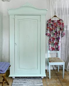 Butik Lanthandeln - Charmigt gammalt klädskåp