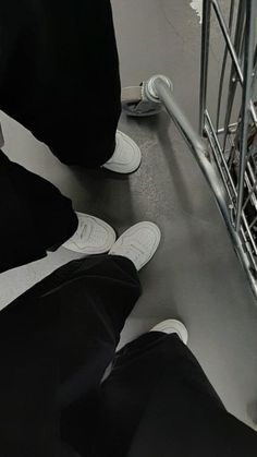 Gray Aesthetic, Black And White Aesthetic, Couple Aesthetic, Aesthetic Photo, Aesthetic Pictures, Friend Pictures, Couple Pictures, Aesthetic Iphone Wallpaper, Aesthetic Wallpapers
