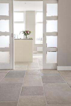 Woonkeuken landelijke stijl | bourgondische dallen St. Emelion | natuursteen vloer |French Limestone Pierre de France | kersbergen.nl