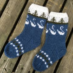 Stickade sockor med svanar och granar. Knitting Socks, Yin Yang, Diy Projects To Try, Sweater Weather, Finland, Christmas Stockings, Holiday Decor, Crochet, Slippers