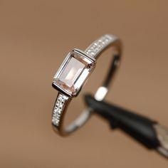 C'est une bague morganite naturel. La pierre principale est émeraude 5 mm * 7 mm, poids environ 0,85 carats. Le métal de base est en argent sterling et plaqué rhodium.  Pour changer le métal à un en or massif (blanc/rose) ou en platine est également disponible, s'il vous plaît demander un devis si vous voulez.  Vous pouvez également aller sur ma boutique maison pour les anneaux plus élégant: https://www.etsy.com/shop/godjewelry?ref=hdr_shop_menu  Plus de bagues ...