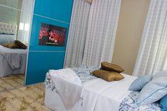 Roupeiros com portas de correr com TV | Boa Vista Planejados Curtains, Tv, Furniture, Home Decor, Boa Vista, Sliding Doors, Environment, Insulated Curtains, Homemade Home Decor