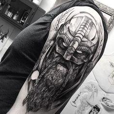 nordic tattoo, graus t shirt, wikinger mit langem bart und helm
