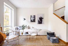 Hitta hem: Visningslägenhet Charlottenlund. Skönt soffhäng med skogen utanför fönstret. Mats Theselius designklassiker.